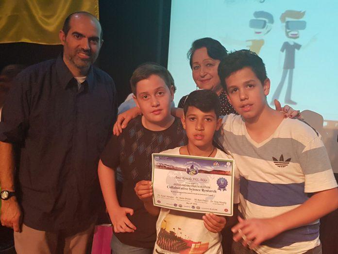 """פרס ראשון בתחרות חקר מדעי הוענק לתלמידים מבית הספר אמי""""ת קנדי בעכו 1"""