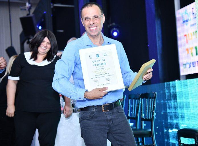 מינהל החינוך מלי אליגוב ומנהל בית הספר אילן יצחקי מאושרים מהפרס