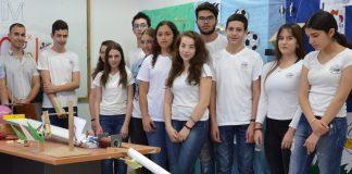 משמאל עם נבחרת בית הספר שזכו תחת הדרכתו במקום השלישי בעולם בתחרות הפיזיקה המכונה המולפאה