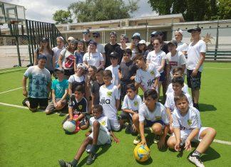 """תלמידי תכנית """"שער שוויון"""" מבית הספר """"גיורא יוספטל"""" אירחו תלמידים מלונדון אנגליה למפגש ידידותי שכלל פעילויות ספורט, אימון כדורגל ומשחק ראווה."""