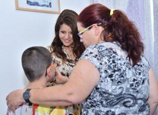 לוי עם אחת ממשפחות בוגרות התכנית