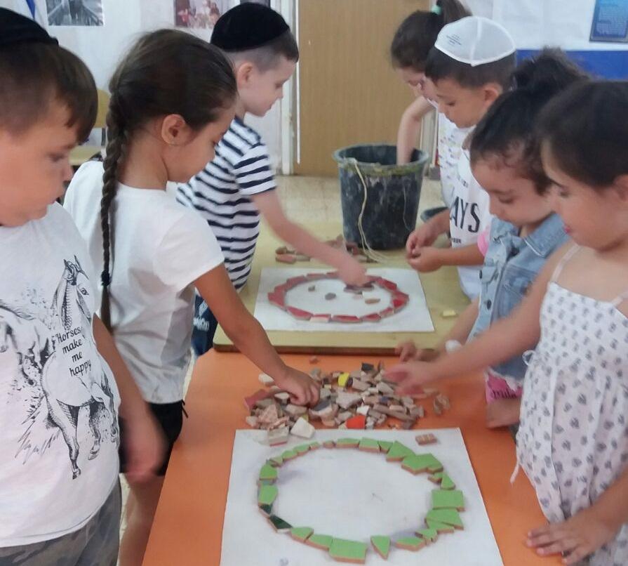 ילדי הגן בנו את מתקני המשחק הממוחזרים במגדל העמק