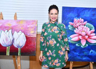 מורה לאמנות גולדי חנניה בתערוכה שלה בהיכל התאטרון במגדל העמק