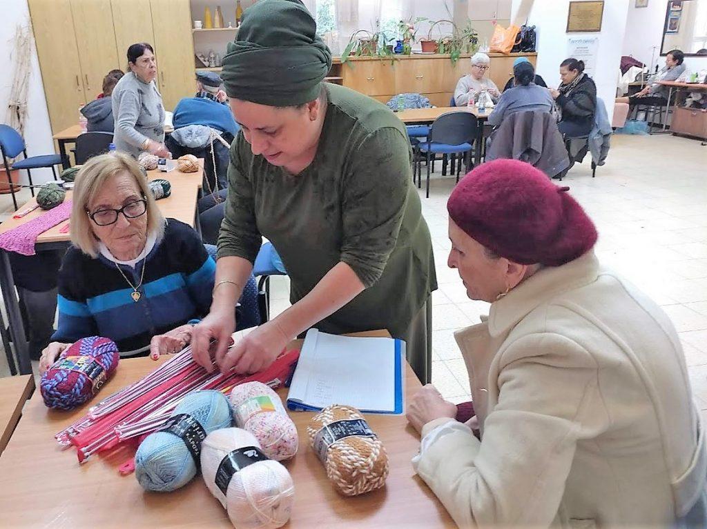 מתאספות כל שבועיים כ-100 סבתות למרתון סריגה המוני שכל תוצריו תרומה לילדים בסיכון.