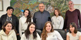 בתמונה: ראש העיר אלי ברדה, ראש מינהל חינוך מלי אליגוב, מנהל בית הספר דודי גריסרו וששת התלמידות שנבחרו לתכנית היוקרתית.