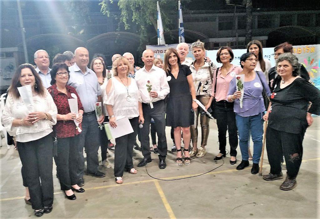 בוגרי בית הספר העניקו מלגות הצטיינות לתלמידים הצעירים