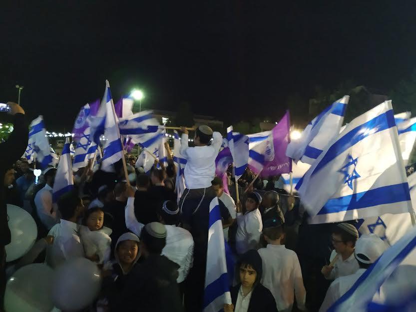 עוטפים את נצרת עילית בדגלי לאום ובשירת הודיה לכבודה של ירושלים