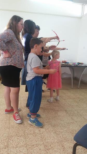 הילדים במהלך הכנת חץ וקשת במועדון 'הצריף'
