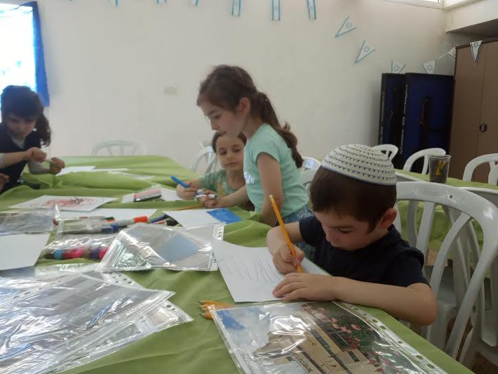 ילדי הדיור הציבורי בעת הכנת ספר תמונה מספרת, לרגל שבוע הספר העברי