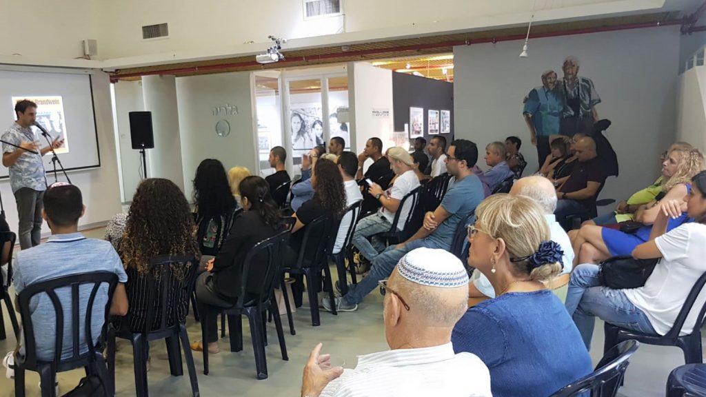 טובול בעת ההרצאה בגלריה העירונית