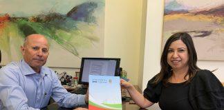 מבקרת העירייה עינב פרץ מגישה את הדוח לראש העיר