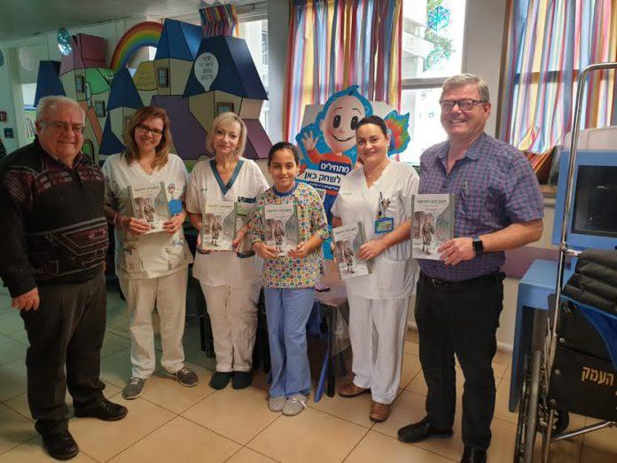 ראובן יוקלר מעניק את הספר לצוות האחיות ולד