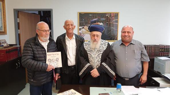 הראשל''צ הרב יוסף עם הצנחנים והסופר