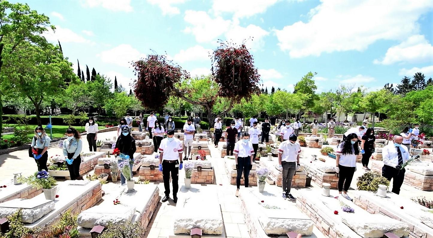 עפולה: ראש העיר ובני נוער הניחו פרחים על קברי החללים