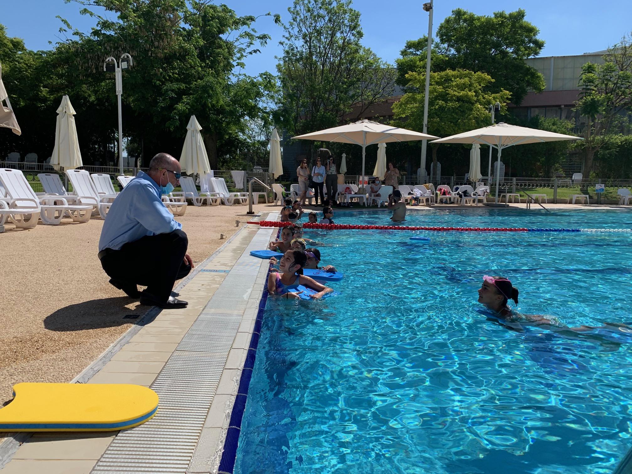 תלמידי כיתות ה' החלו בשיעורי שחייה רגע לפני פתיחת הקיץ