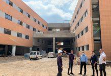 אלקבץ עם ראשי רשת מוריה המקימה את המרכז הרפואי