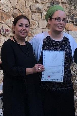 מנהלת בית הספר רות חייט עם הכרזה המנצחת
