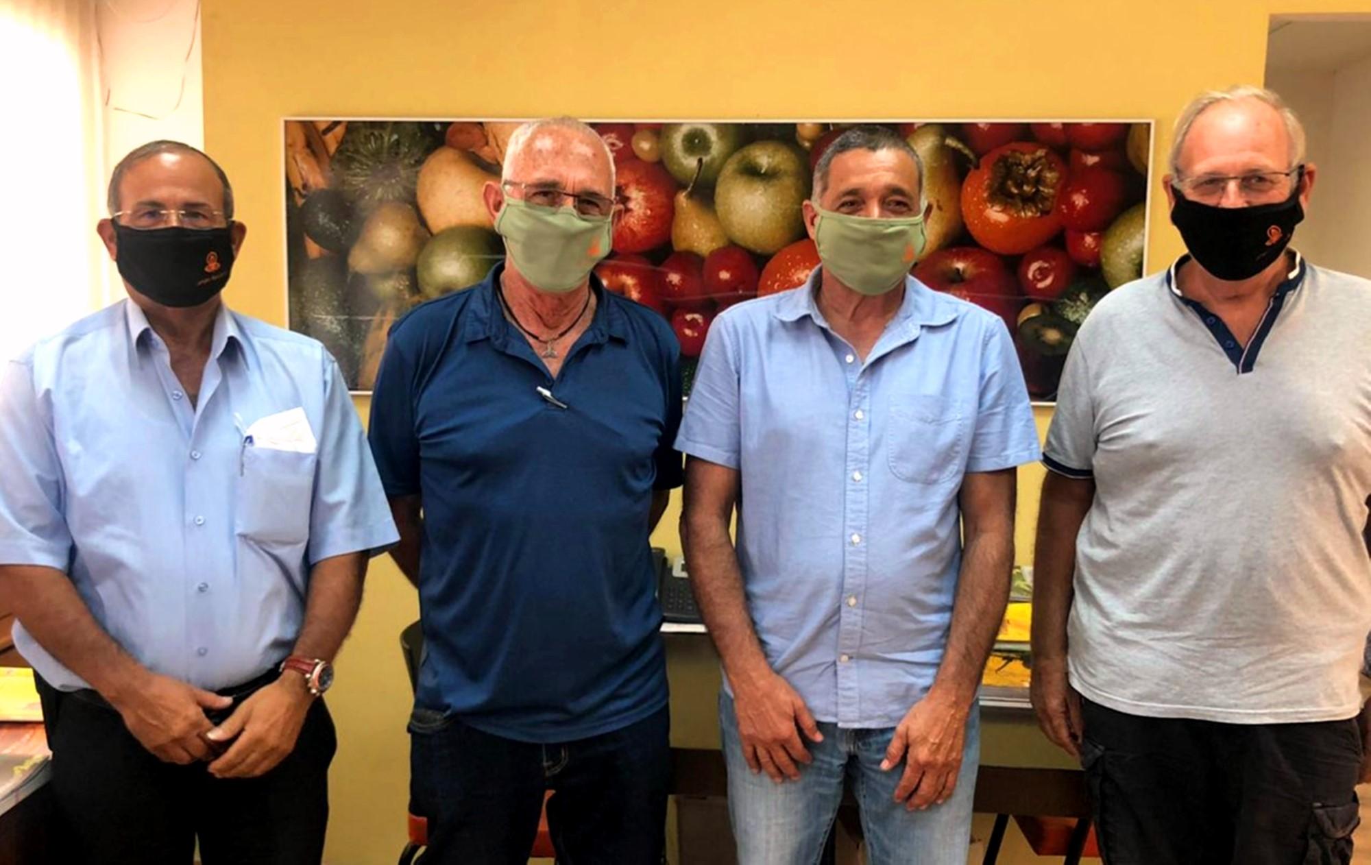 פגישת ארגון מגדלי הפירות עם מסכות ממותגות