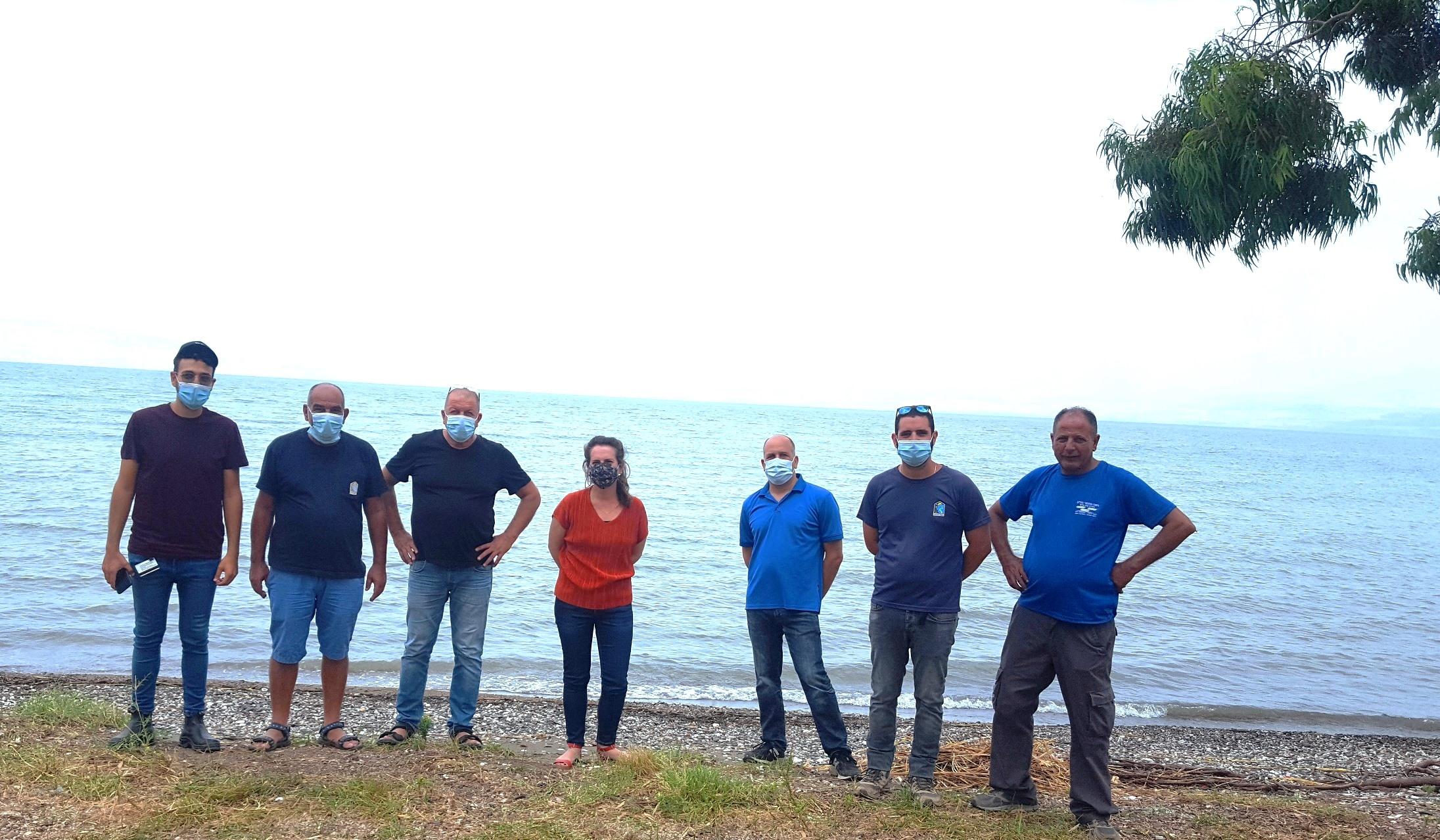 צוות רשות הכינרת בסיור עם משרד הפנים בחוף צאלון